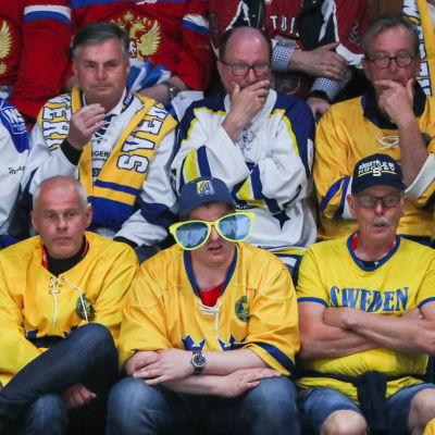 Ruotsalaisia jääkiekkofaneja Bratislavan MM-kisoissa 2019.