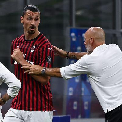 Zlatan Ibrahimovic och Stefano Pioli (till höger) för en konversation under matchen mot Bologna.