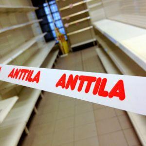 Anttilas hyllor står tomma.