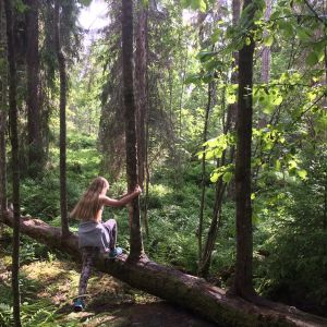 tyttö kulkee metsässä