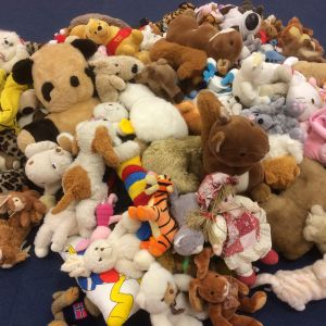 Hög av kramdjur, bland annat nallar, hundar, dockor och en tiger och en flodhäst.