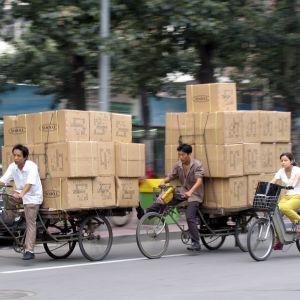 Cykelbud transporterar Paket i Peking.