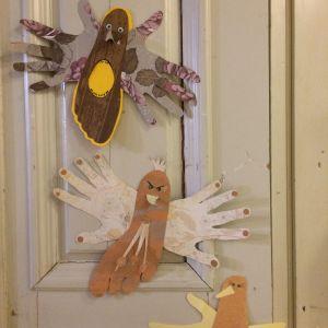 Fåglar gjorda av olika färgers papper