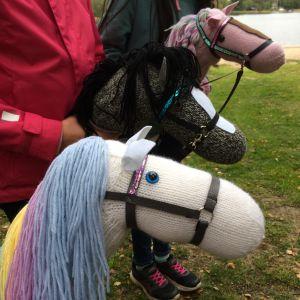 Tre handgjorda käpphästar av garn.