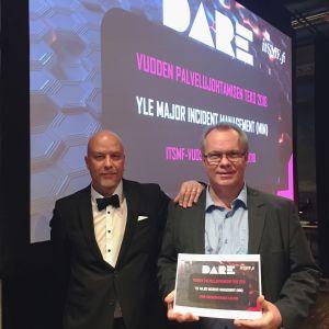 Ylen palvelunhallinta palkittiin vuoden palvelujohtamisen tekona. Markku Saari ja Roope Sovala vastaanottivat palkinnon.
