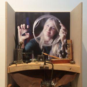 Tytti Bräysy iloitsee siitä, että saamelaismuseo Siida on tukenut häntä sekä kuvaajana että käsityöläisenä. Paarma Designin koruja ja niiden syntyä esiteltiin Siidassa viime vuonna. Luontokuvia on voinut ihailla paikallisen kameraseuran näyttelyissä.