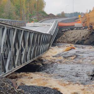 Sortunut väliaikainen silta Nelostien rakennustyömaalla Oulun Haukuiputaalla, Kiiminkijoen kohdalla.