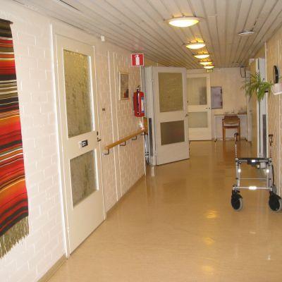 En ljus korridor i ett åldringshem.