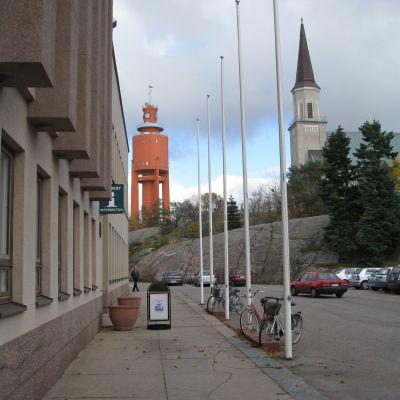 En vy från Hangö centrum med stadshuset, kyrkan och vattentornet.