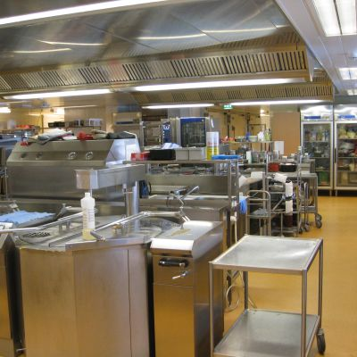 Centralkök med många maskiner