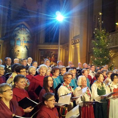 Kör sjunger i Trefaldighetskyrkan i Vasa