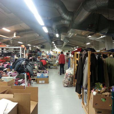 Lagret i Röda Korsets loppmarknad i Vasa.