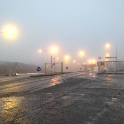 Vägen som leder till Munka sopcentral i morgondimma.