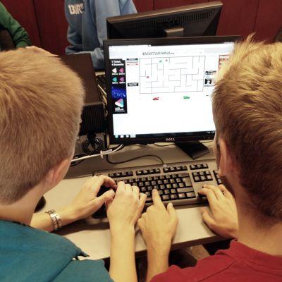 Två elever vid Borgå gymnasium spelar på dator.