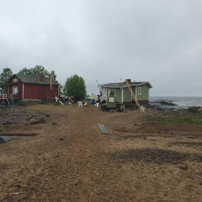 Kaksi mökkiä Pyhäjoen Hanhikivenniemellä