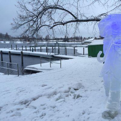 Eeva Karhun jääveistos nimeltään Ilmastonmuutos.