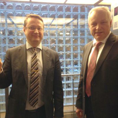 Kansanedustajat Mika Kari ja Kalle Jokinen Pikkuparlamentin hississä