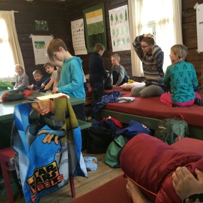 Lapsia talviloman luontoleirillä Kortejärven majalla