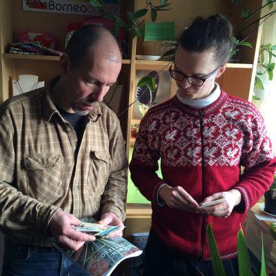 Botanian ylipuutarhuri Yrjö Vähäkallio ja yliopiston opiskelija Tuomas Järvenpää tutkivat kasvinsiemeniä.
