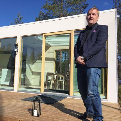 Hirsinen miniasunto julkistetaan varsinaisesti ensi kesän asuntomessuilla, kertoo prototyyppiä esittelevä Mammuttikotien toimitusjohtaja Vesa Nylander