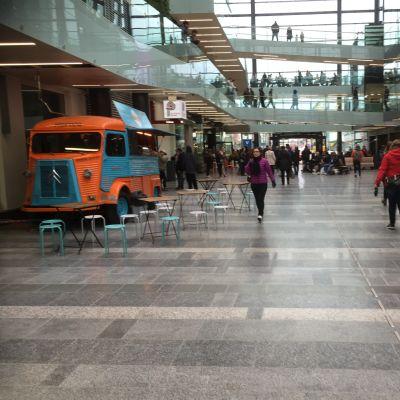 Kauppakeskus Valkean Kesäkatu on Oulun kaupungin katu