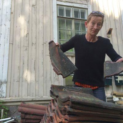 Vanhassa asemarakennuksessa riittää kunnostamista. Nyt työn alla on noin 3700 kattotiilen peseminen, kertoo Liisa Akimof.