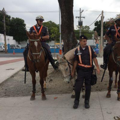 Poliiseja Rion katukuvassa.