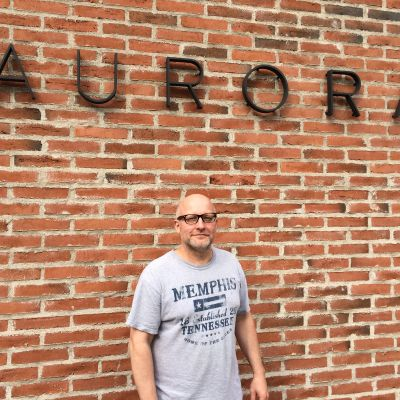 Sotahistorian dosentti Pasi Tuunainen seisoo Joensuun yliopistokampuksella Aurora-talon edessä.