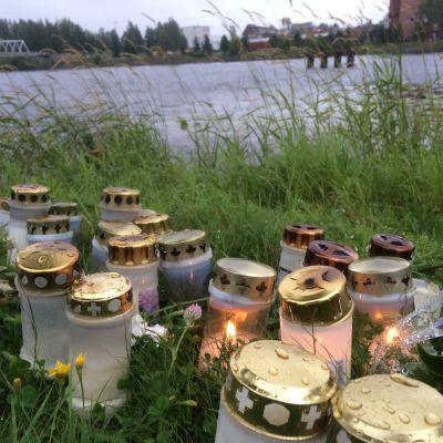 Kynttilöitä Pielisjoen varrella.