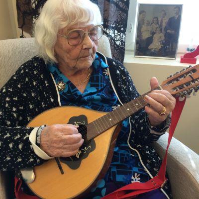 Elli Salo soittaa mandoliinia