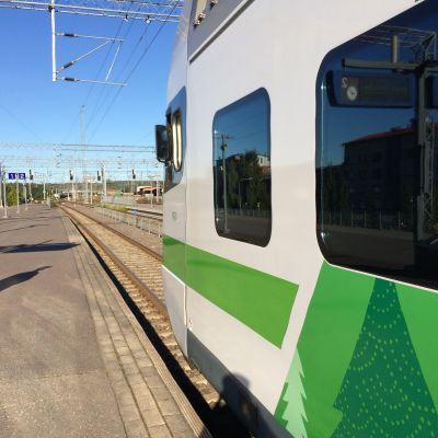 Kuvassa oikorataa ja juna
