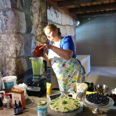 Satu Malinen valmistaa raakaruokaa.