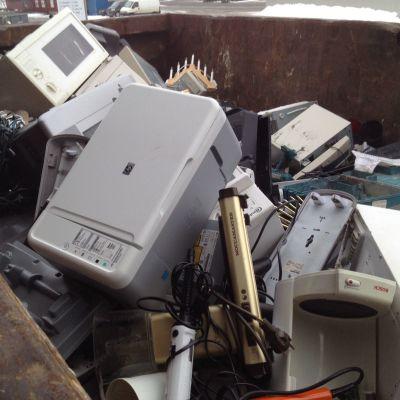 Pois heitettyjä kodin sähkölaitteita jätekeskuksessa.