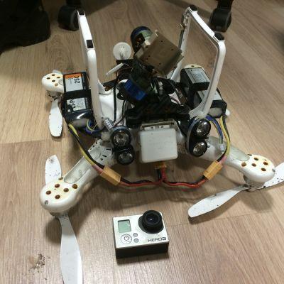 Kauko-ohjattava helikopteri ja kamera.