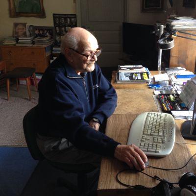 93-vuotias Veikko Matilainen istuu tietokoneen ääressä.