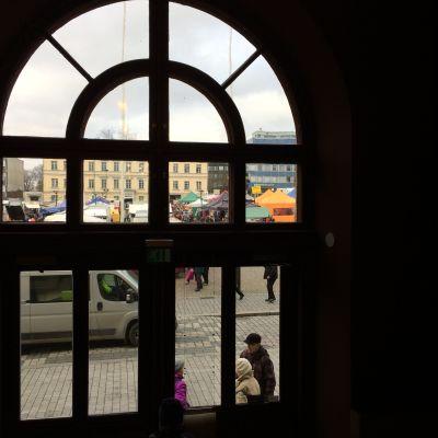 Hämeenlinnan tori Raatihuoneen ikkunasta