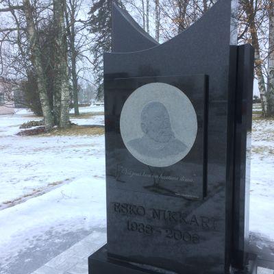 Näyttelijä Esko Nikkarin muistomerkki