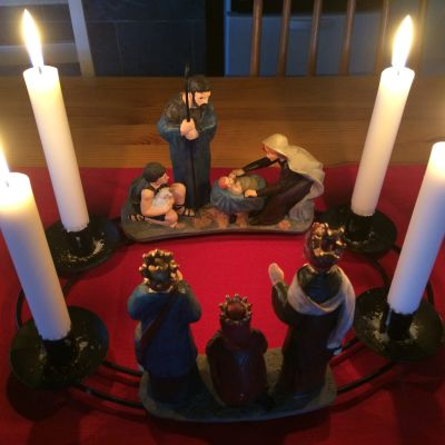 Jouluseimikynttelikkö tuvan pöydällä joululiinalla.