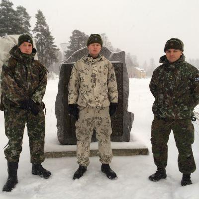 Varusmiehiä Onttolassa muistopatsaan edessä talviasuissa.