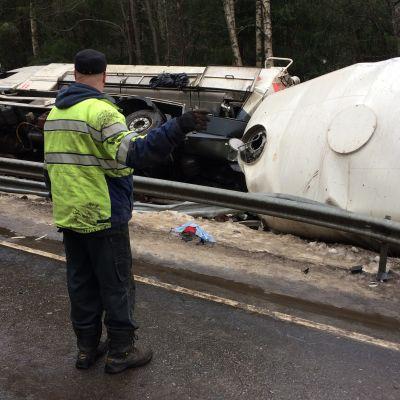 Säiliöauto ojassa Perniössä
