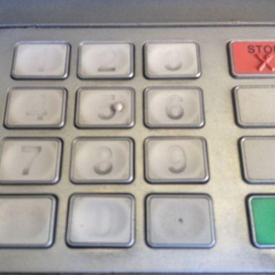 Pankkiautomaatin näppäimistö.