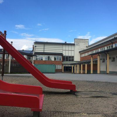 Ukko-Paavon koulu eli Nilsiän yhtenäiskoulu.