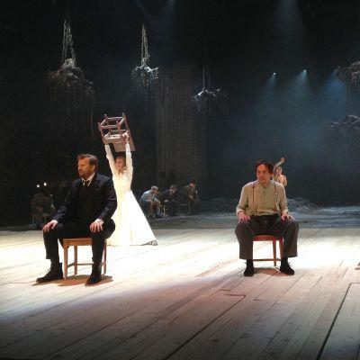 Pohjantähti-näytelmän näyttämökuva näytelmän alusta. Edessä vasemmalla Akseli (Tapani Kalliomäki)