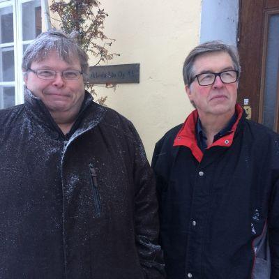 Två män utanför en kontorsbyggnad.