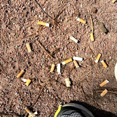 Cigarettfimpar och löpningsskor.