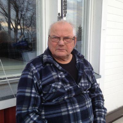 mies istuu verannalla