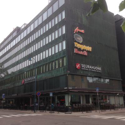 Korkea hotellirakennus kahden kadun risteyksessä Kotkassa.