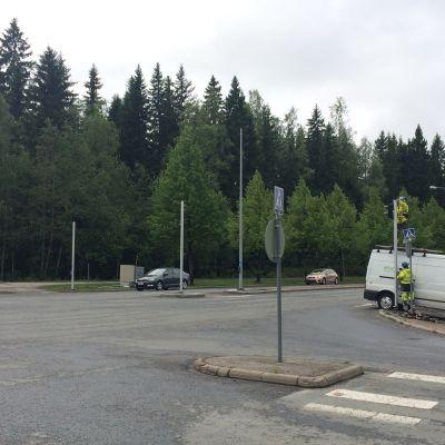 Petosentien ja Blominkadun risteysalueen liikennevaloja asennetaan paikalleen.