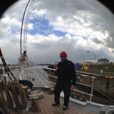 Kapten Anders Lassenius på däck, i hamn i bakgrunden