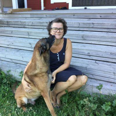 Veterinär Lotta Axelson med sin hund.